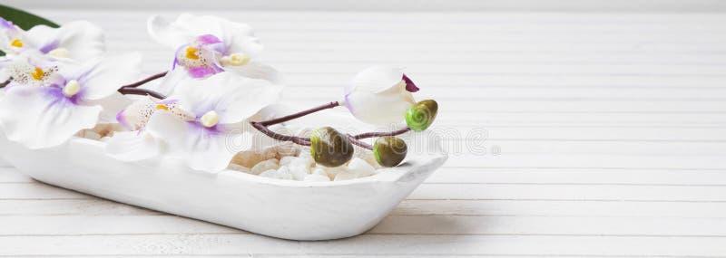 与兰花和腌制槽用食盐,温泉设置的温泉静物画 免版税库存图片