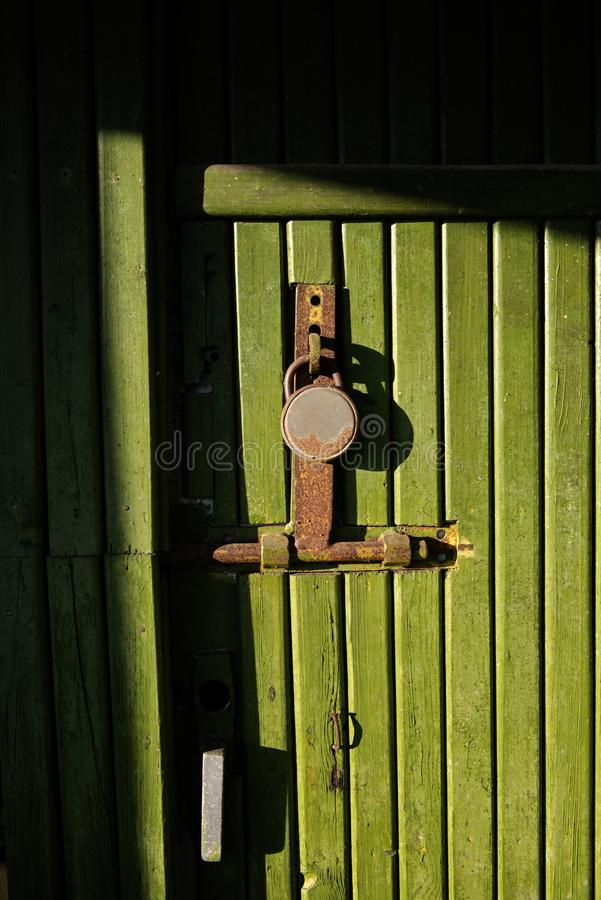 与关键锁的绿色木门 库存图片