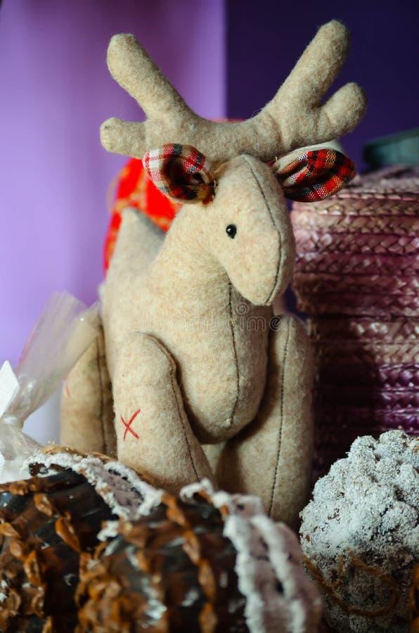 与关闭的圣诞节装饰圣诞节鹿和锥体与雪 免版税库存图片