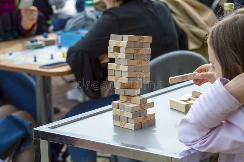 与其他孩子的一儿童游戏junga 背面图从上面 免版税库存照片