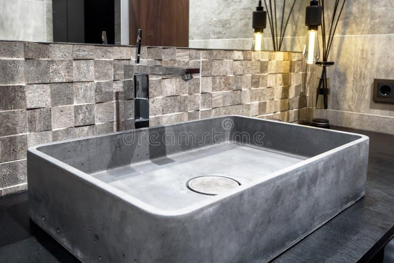 与具体水槽的室内设计在卫生间里 免版税库存图片