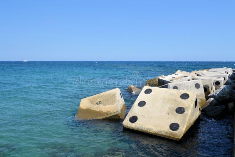 与具体波浪破碎机的海岸线在形状 免版税库存图片
