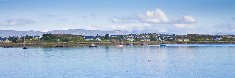 与典型的渔夫` s的爱尔兰沿海风景安置Ara 免版税图库摄影
