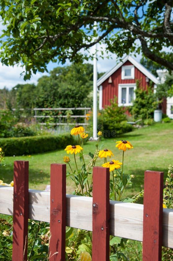 与典型的红色被绘的村庄的瑞典田园诗 免版税库存图片