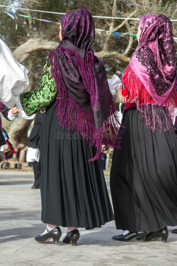 与典型的衣裳和民间传说的撒丁岛小组舞蹈 免版税库存图片