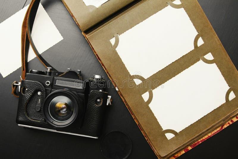 与册页的老葡萄酒照相机 免版税图库摄影
