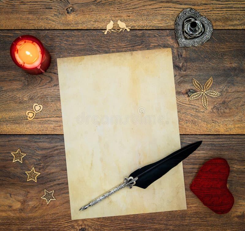 与再蜡烛、红色拥抱牡鹿、木装饰、墨水和纤管的空白的葡萄酒卡片在葡萄酒橡木,在古色古香的橡木的情书- 库存图片