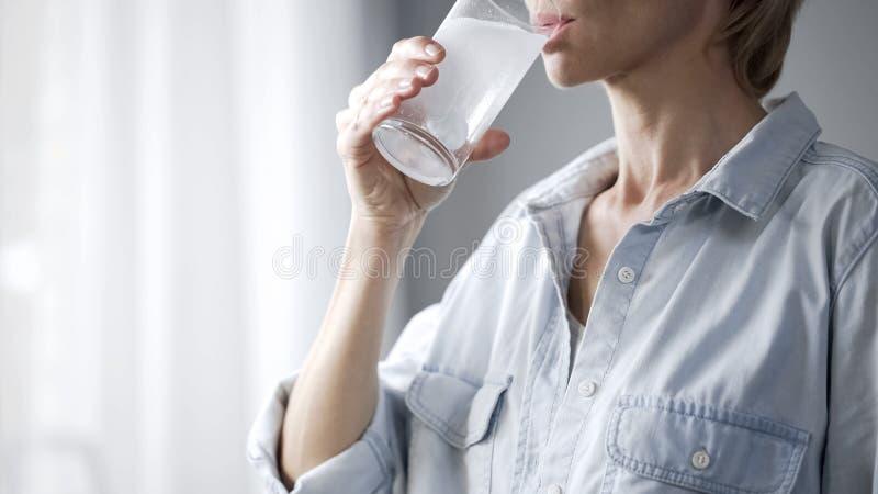 与冒泡片剂、医疗保健和医学的妇女饮用水 免版税库存照片