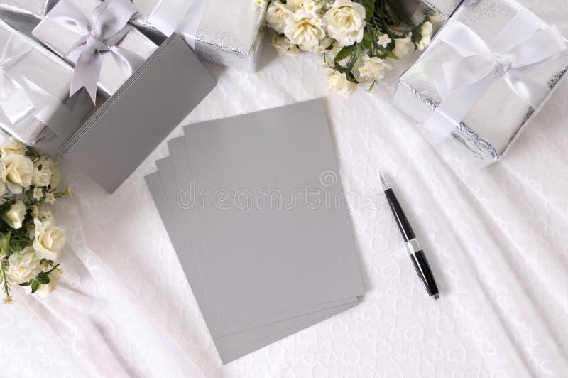 与写信纸的结婚礼物 免版税库存图片