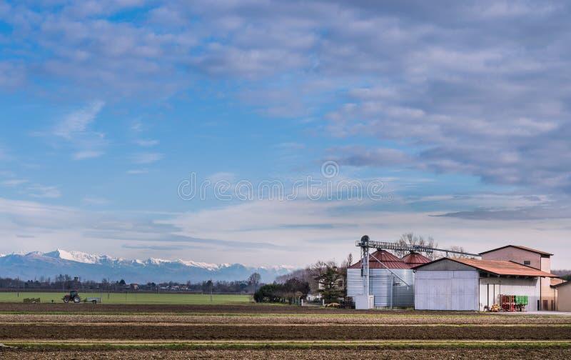 与农场的农业风景 免版税图库摄影