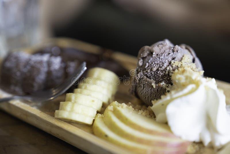 与冠上果子的巧克力冰淇淋 免版税库存照片