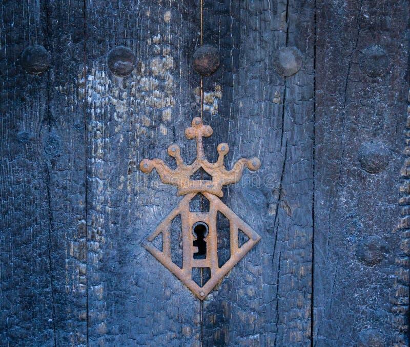 与冠框架的葡萄酒匙孔 免版税库存照片