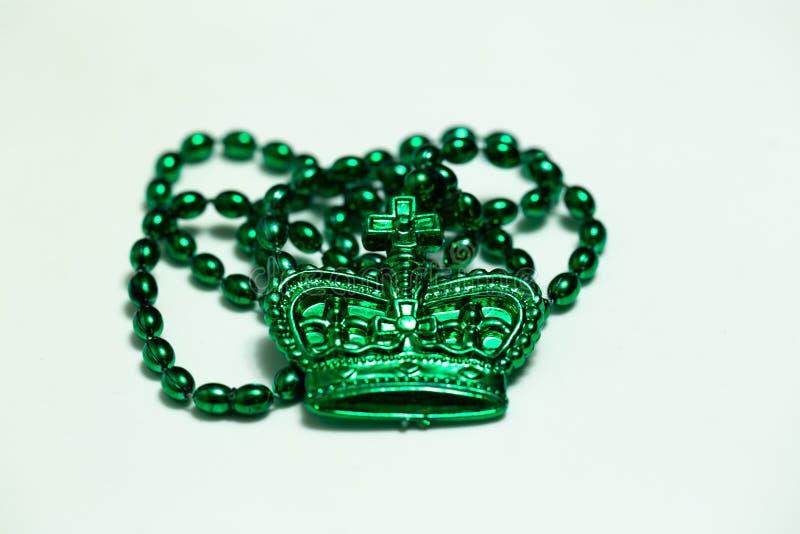 与冠的绿色小珠在白色 免版税库存图片
