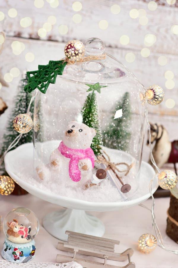 与冬天场面的减速火箭的样式圣诞节装饰在玻璃圆顶 库存图片