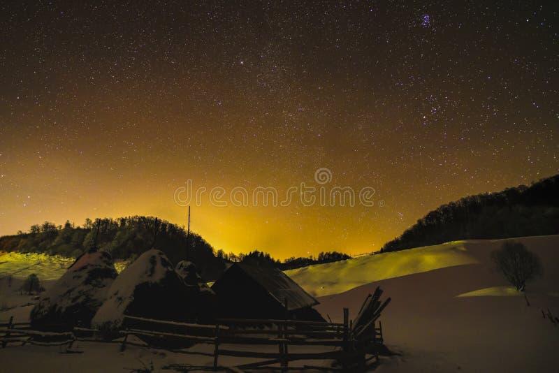与冬天夜空的风景 免版税库存图片