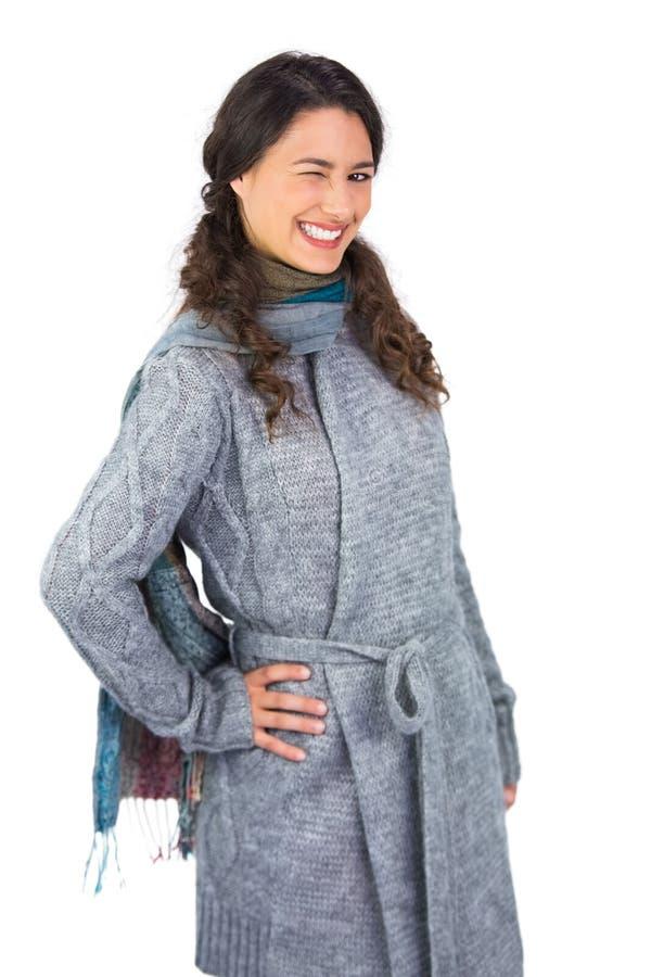 与冬天的微笑的模型给闪光穿衣在照相机