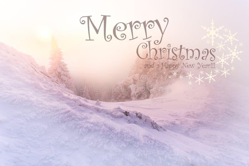 与冬天风景的圣诞节背景在日出美好的日出光期间的山 库存图片