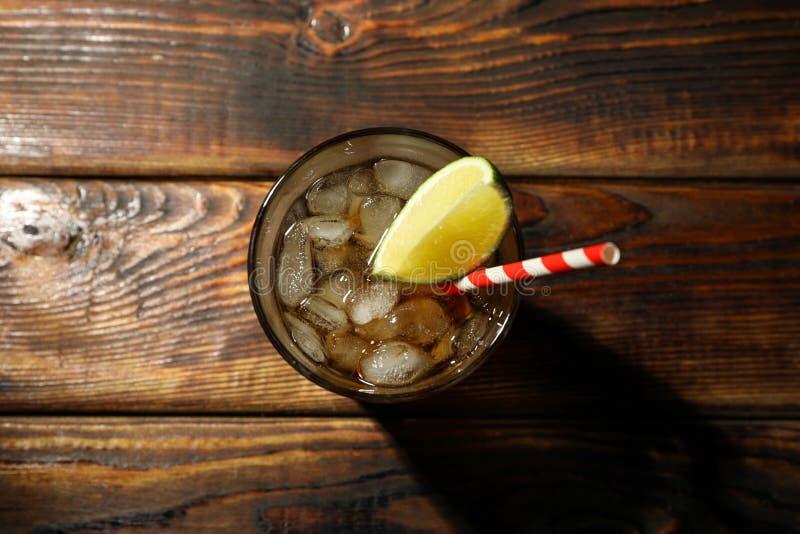 与冰可乐和石灰切片的玻璃 免版税图库摄影
