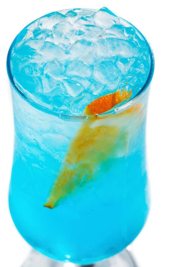 与冰和桔子的蓝色鸡尾酒在被隔绝的白色背景的一块玻璃 免版税库存照片