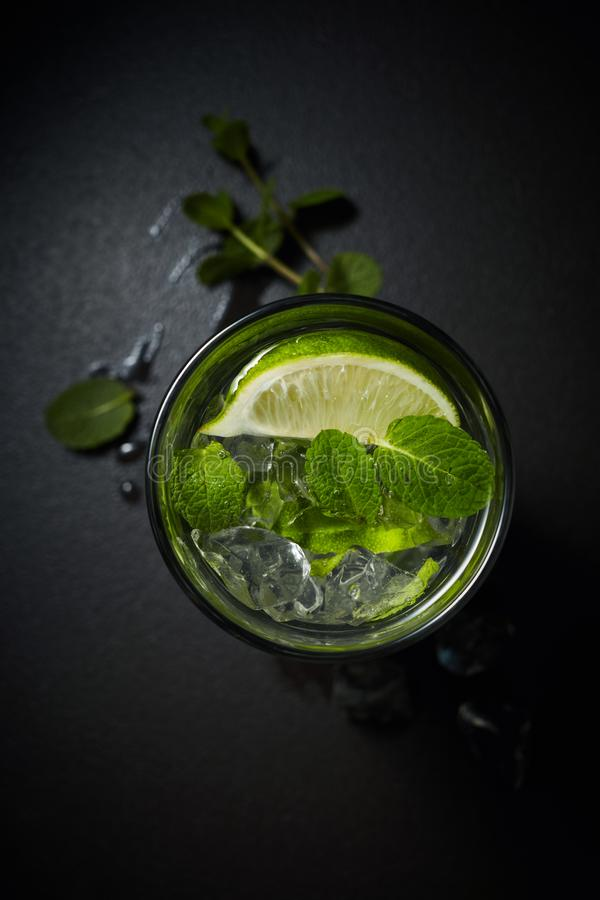 与冰和薄荷的顶上的射击的柠檬水或柑橘鸡尾酒 图库摄影