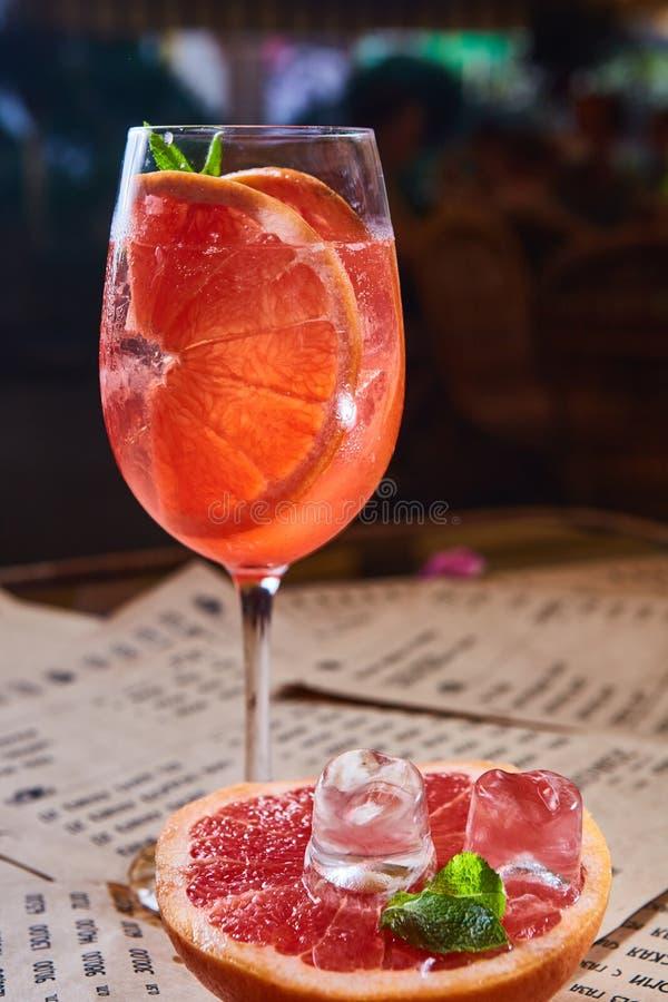 与冰和薄菏的葡萄柚鸡尾酒 免版税库存图片