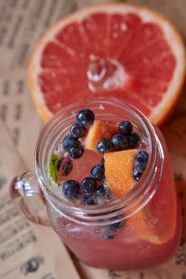 与冰和薄菏的葡萄柚鸡尾酒 免版税库存照片