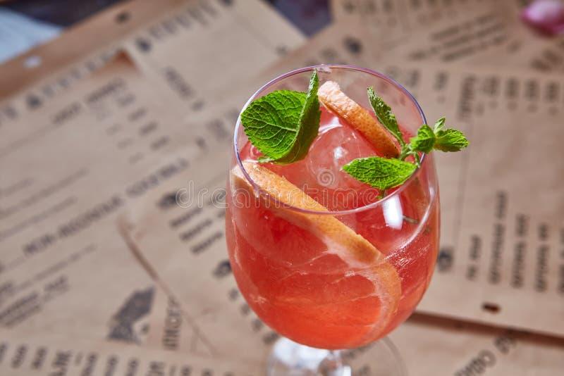 与冰和薄菏的葡萄柚鸡尾酒 免版税图库摄影