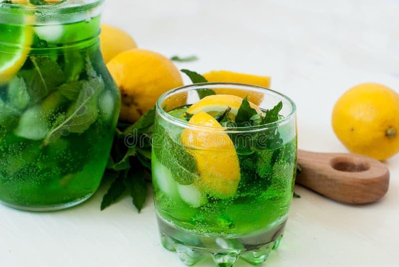 与冰和薄菏的绿色mojito鸡尾酒 免版税库存照片