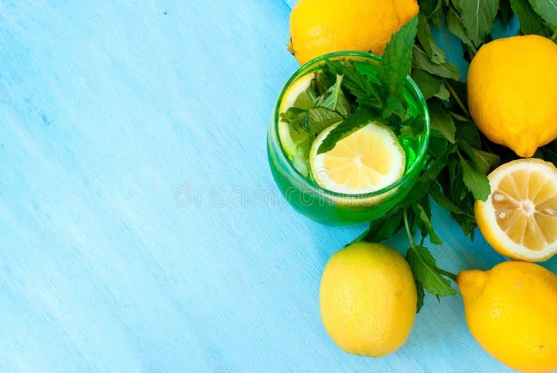 与冰和薄菏的绿色mojito鸡尾酒 库存图片