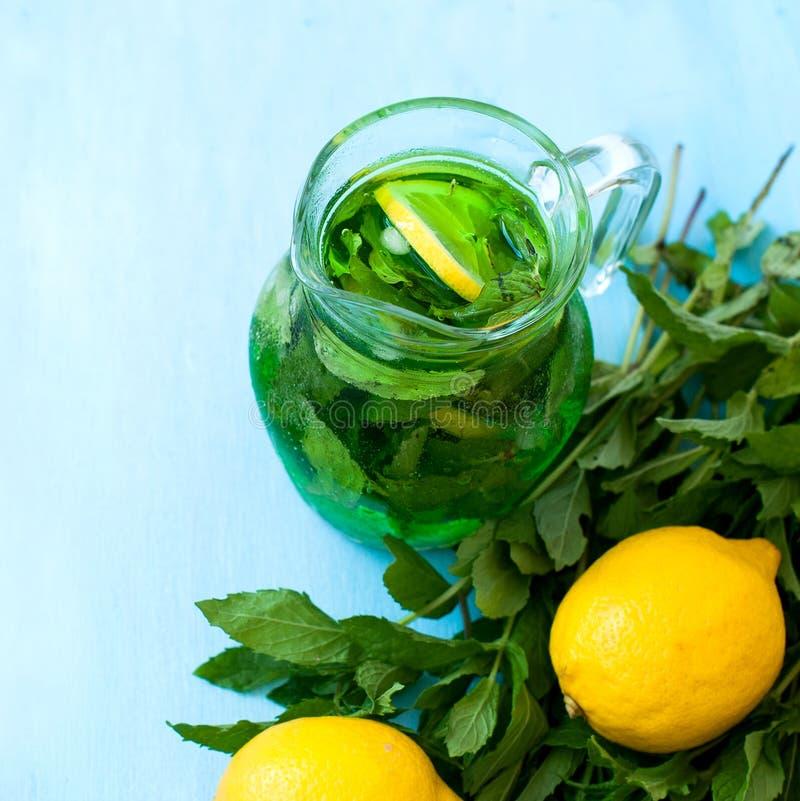 与冰和薄菏的绿色mojito鸡尾酒 免版税库存图片