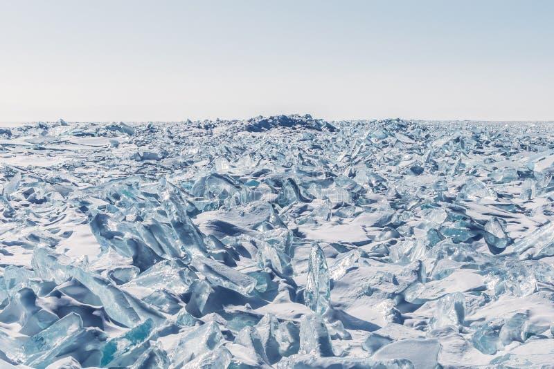 与冰和雪的惊人的风景看法在冻贝加尔湖, 库存照片