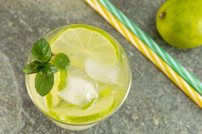 与冰块的冷的绿色柠檬汁 库存照片