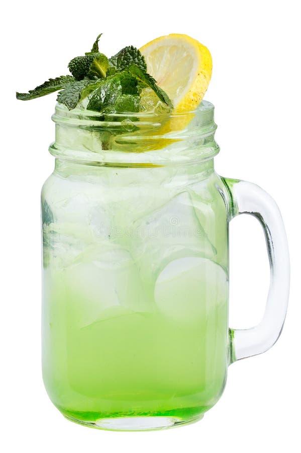 与冰块的新刷新的饮料在金属螺盖玻璃瓶用柠檬和薄菏 在白色背景的夏天饮料 免版税库存图片