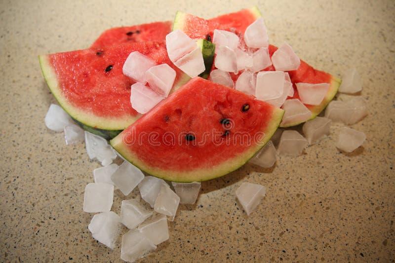 与冰块的西瓜水多的甜自然裁减 库存照片
