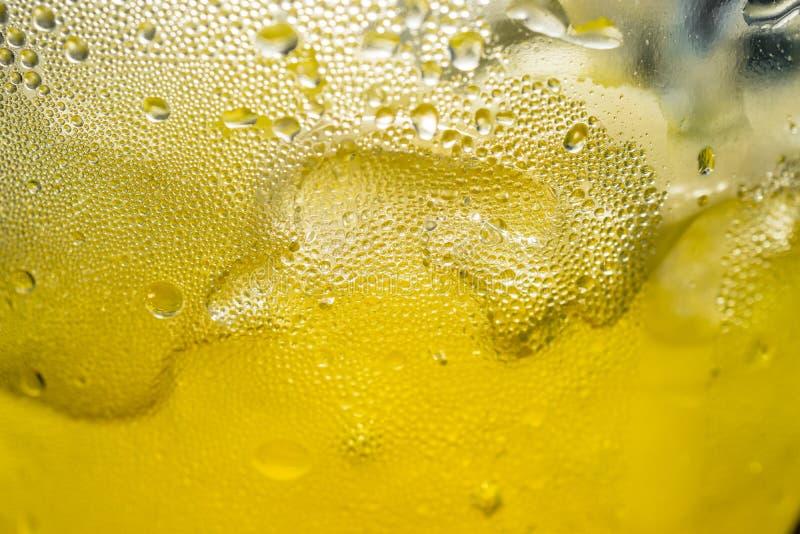 与冰块结露宏指令射击的黄色汁液 免版税库存图片