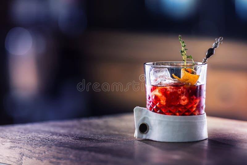 与冰果子和草本装饰的新鸡尾酒饮料 酒客,在酒吧柜台的非酒精饮料饮料在客栈 免版税库存照片