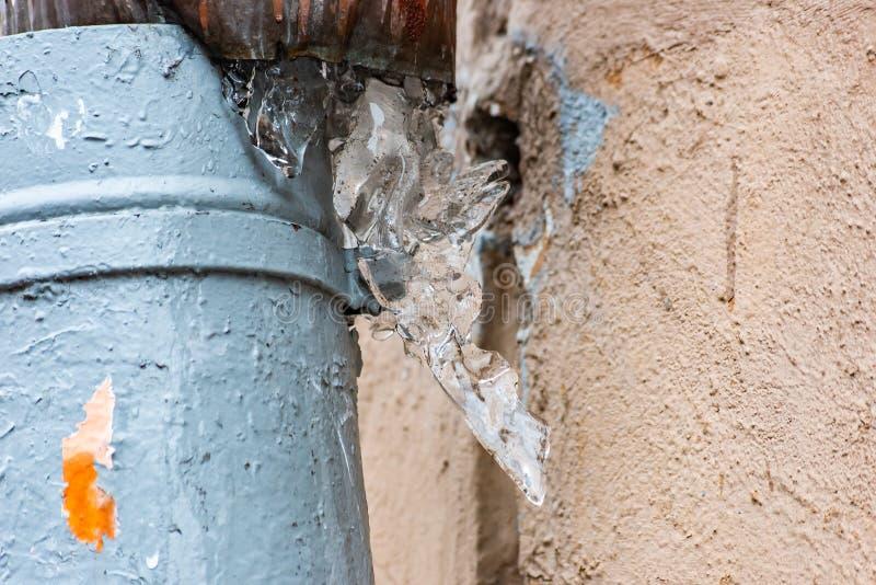 与冰柱的损坏的水落管 免版税库存图片