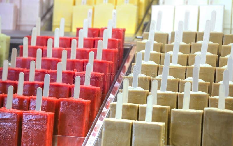 与冰淇凌的商店vitrine 图库摄影