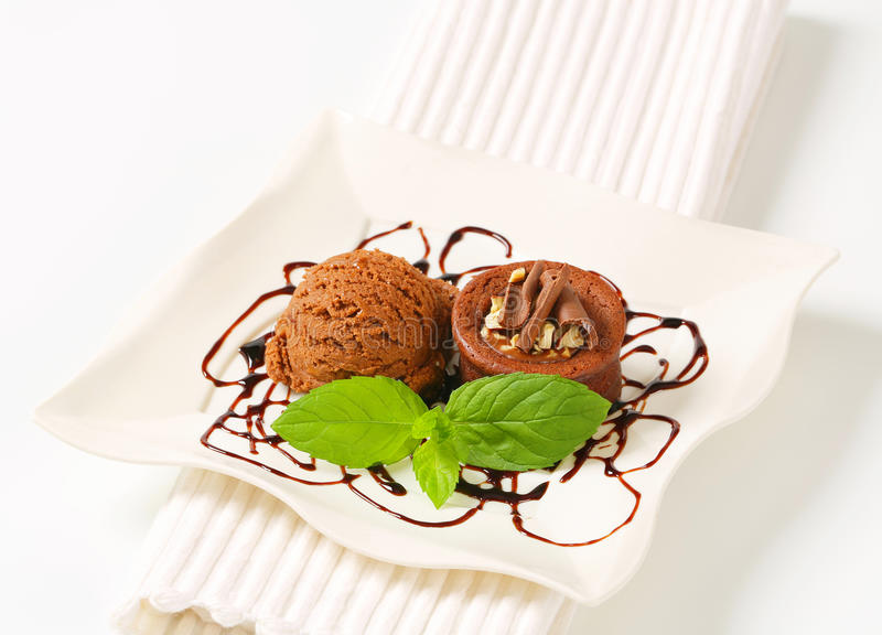 与冰淇凌的微型巧克力榛子蛋糕 图库摄影