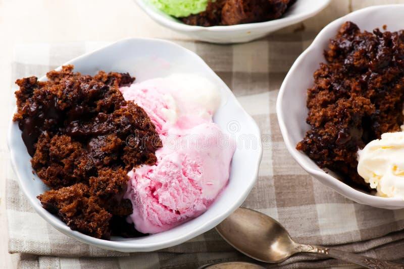 与冰淇凌的热的乳脂软糖布丁蛋糕 库存照片