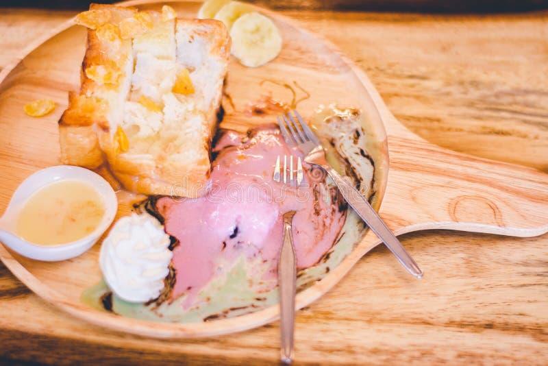 与冰淇凌的蜂蜜多士;被鞭打的奶油、果子和杏仁sli 免版税库存图片