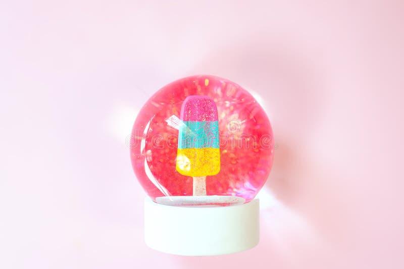 与冰淇淋和闪烁里面的美丽的雪球 库存图片