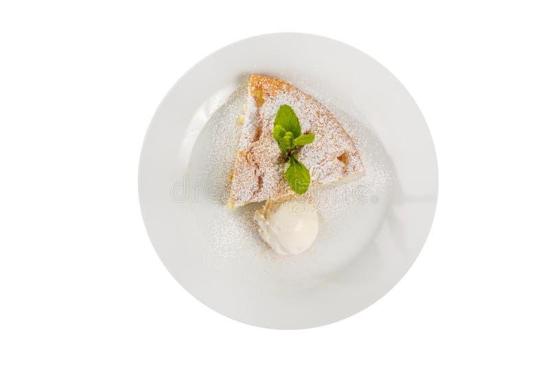 与冰淇淋被隔绝的白色的苹果饼 免版税库存图片
