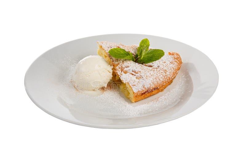 与冰淇淋被隔绝的白色的苹果饼 免版税库存照片