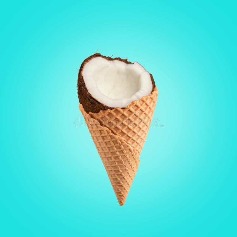 与冰淇淋锥体的椰子在明亮的背景 食物最小的概念 免版税库存照片