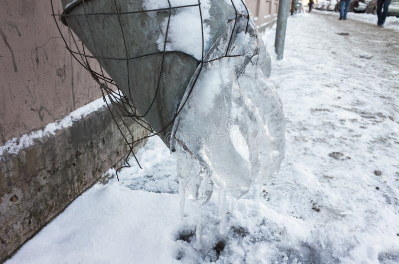 与冰的冻结的都市水落管 图库摄影