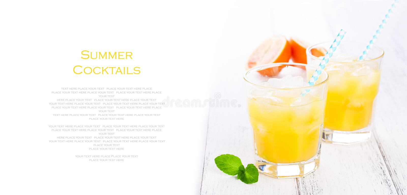 与冰的夏天橙黄柠檬水和血橙和秸杆在一张木桌上在白色背景 免版税库存照片