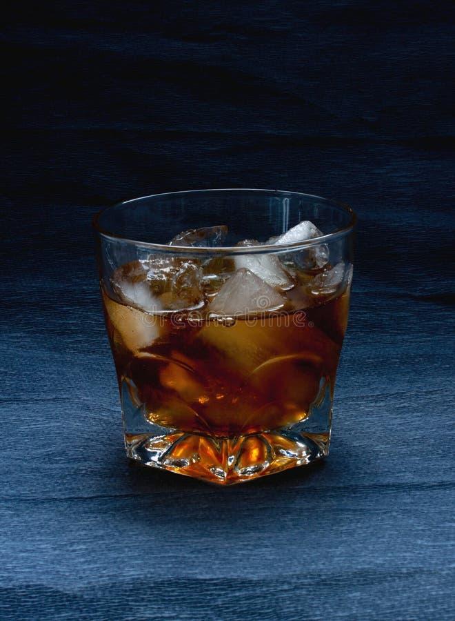 与冰的威士忌酒玻璃 免版税库存图片
