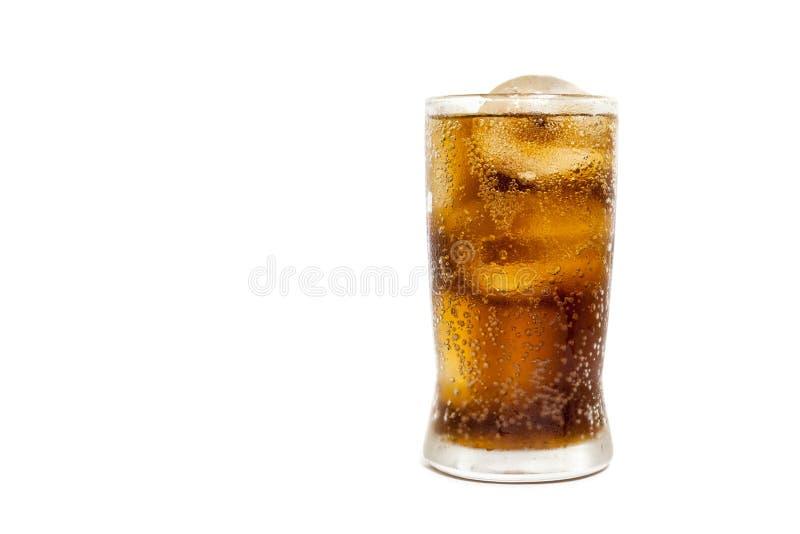 与冰的新鲜的冷的可乐在白色背景隔绝的玻璃 免版税库存图片