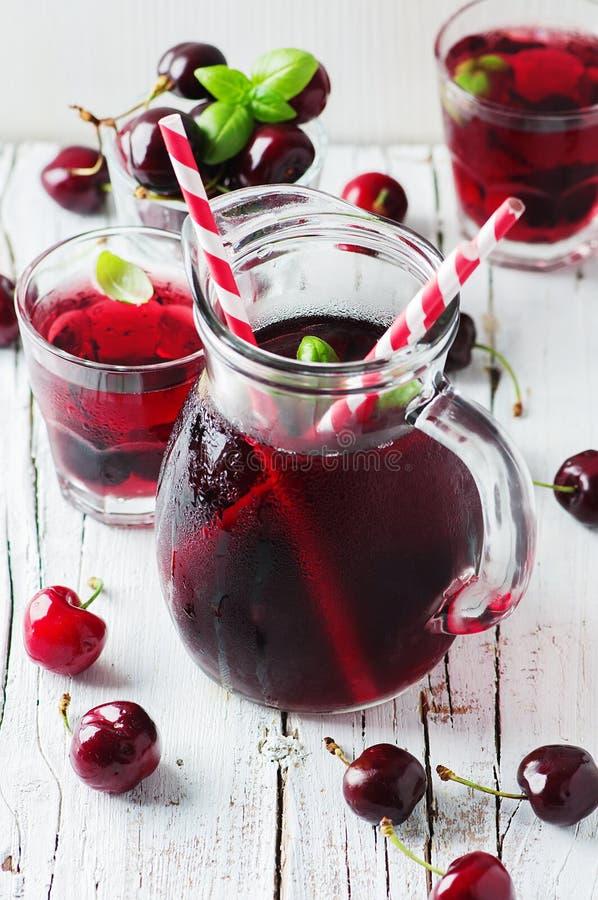 与冰的新鲜的樱桃汁 免版税库存图片